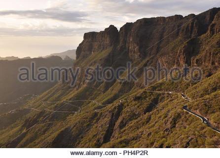TF-436 Straße von Santigo del Teide, Masca, hohen vulkanischen Mauern von Teno Massiv (Macizode Teno) im Nordwesten von Teneriffa Kanarische Inseln Spanien. Stockbild