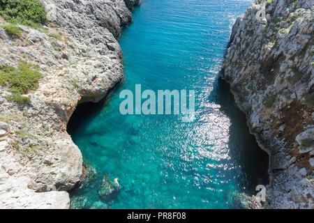 Apulien Leuca, Italien, Grotte von ciolo - ein Mann Schwimmen bei Grotte Ciolo Stockbild