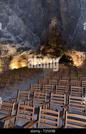 Sitzreihen für den Konzertsaal innerhalb einer vulkanischer Lava Tube, Cueva de los Verdes, Lanzarote, Kanarische Inseln, Februar 2018. Stockbild