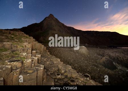 Die Giants Causeway in der Nacht Stockbild