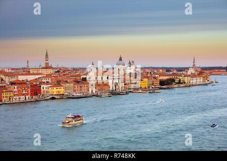 Malerische Stadtbild über den Canale della Giudecca bei Sonnenuntergang, Venedig, Venetien, Italien Stockbild