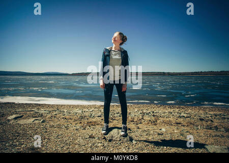 Kaukasische Teenager stehen auf Sunny Beach Stockbild