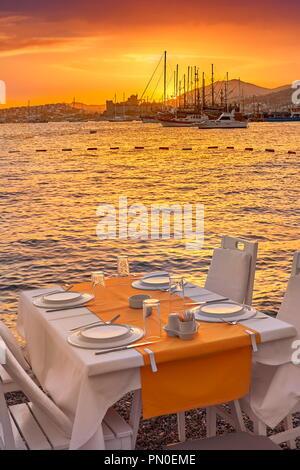 Beach Restaurant im Freien bei Sonnenuntergang, Bodrum, Türkei Stockbild