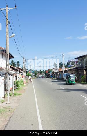 Sri Lanka, Asien, Dodanduwa - Hauptstraße durch das Fischerdorf Dodanduwa Stockbild