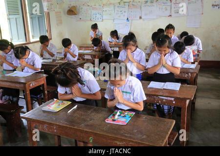 Schülerinnen und Schüler in der Klasse, Grundschule, Vang Vieng, Laos, Indochina, Südostasien, Asien Stockbild