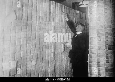 Die Inflation in der Weimarer Republik hat Papier Geld vom Boden bis zur Decke gestapelt in einer Berliner Bank Stockbild