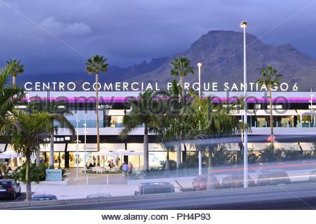 Centro Comercial Parque Santiago 6, modernes Einkaufszentrum Gebäude Exterieur bei Dämmerung in Los Cristianos im Südwesten von Teneriffa Kanarische Inseln Spanien. Stockbild