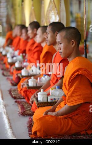 Sitzende buddhistische Mönche singen und Lesen Gebete bei einer Zeremonie, buddhistische Tempel Wat Ong Teu, Stockbild