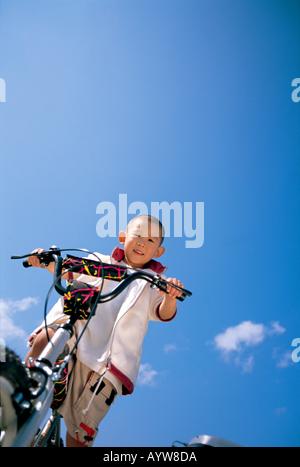 Junge auf einem Fahrrad Stockbild