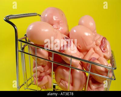 Embryo in der Trolley als Symbol für Retorte Baby Kinder auf Bestellung wichtigsten Zelle Forschung künstliche Befruchtung etc. Stockbild