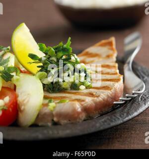 Thunfisch-Steak mit kreolischer sauce Stockbild