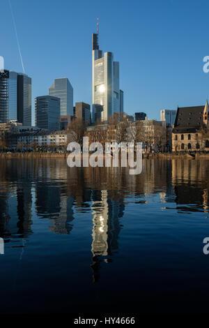 Reflexion von Gebäuden In der Stadt Stockbild