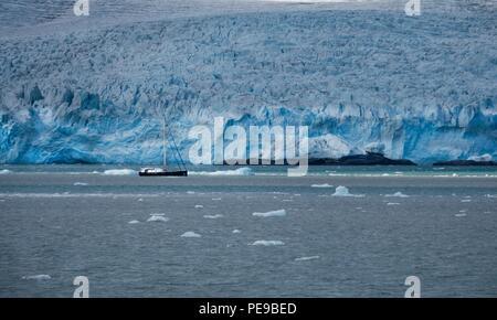 Fantastische Aussicht auf den Gletscher Faksevågen, während ein anderes Schiff in Sicht segelte Stockbild