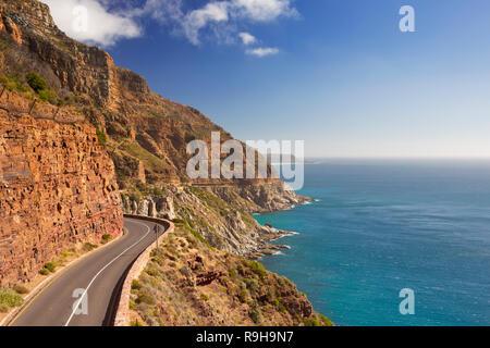 Die Chapmans Peak Drive auf der Kap-Halbinsel in der Nähe von Kapstadt in Südafrika an einem hellen und sonnigen Nachmittag. Stockbild