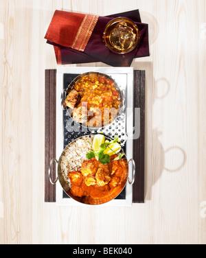 Indisches Essen, ein Gericht aus Huhn Tikka Masala mit Linsen und Bhajji serviert. Stockbild