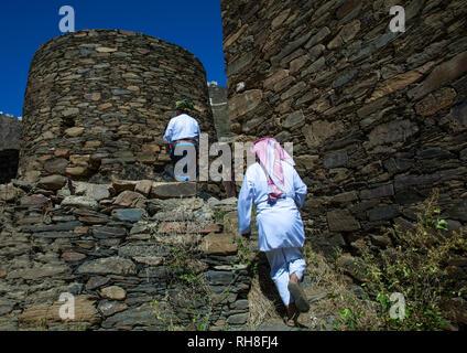 Saudische Männer in ein Dorf mit Häusern aus Stein, Provinz Jizan Addayer, Saudi-Arabien Stockbild