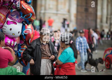 Die einheimischen an der Plaza de Bolivar an einem Sonntag Nachmittag, Bogota, Kolumbien, Südamerika Stockbild