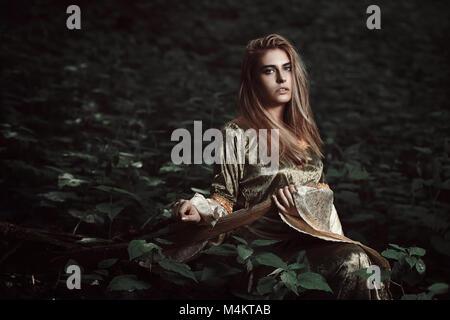 Elfenmädchen in magischen Wald. Fantasy und Märchen Stockbild