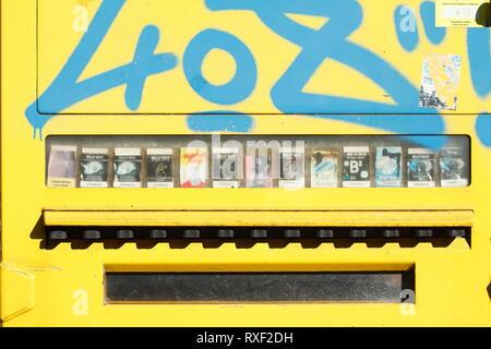 Gelbe verschmiert alte Kondom Automat, condomat Stockbild