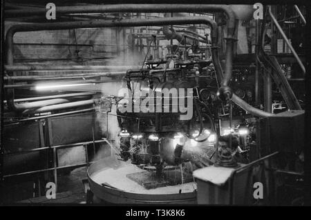 Automatische Glas Maschine bläst, Verschleiß Flint Glass Works, Alfred Street, Millfield, Sunderland, 1961. Eine automatische Glas Maschine bläst auf Verschleiß Flint Glass Works, Hersteller von Pyrex in Großbritannien. Stockbild