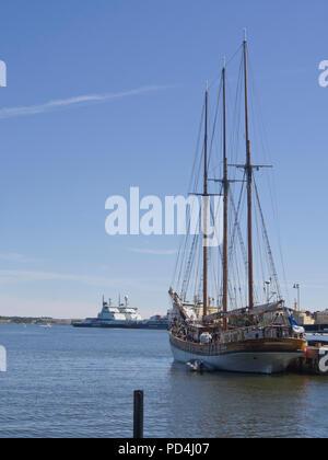 Historische Segelschiff mit drei Masten und Eisbrechern im Hafen von Helsinki Finnland an einem schönen Sommertag Stockbild
