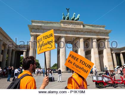 Tour Guides bietet Dienstleistungen in Spanisch am Brandenburger Tor in Berlin, Deutschland Stockbild