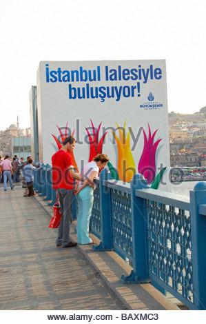 GALATA-BRÜCKE IN ISTANBUL TÜRKEI Stockbild