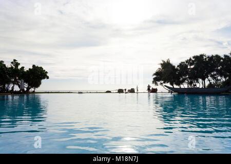 Ahungalla, Sri Lanka - Dezember 2015 - ein Blick in einem Hotel, in dem der Pool bei Sonnenuntergang, während Stockbild