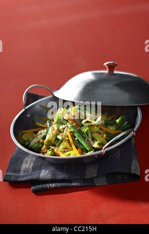 Knackiges Gemüse-Wok mit Erdnüssen Stockbild