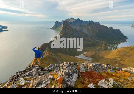 Atemberaubende Aussicht von den Bergen auf den Lofoten Inseln. Herr Stockbild