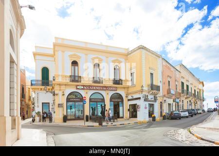 Gallipoli, Apulien, Italien - Mai 2017 - Leute und Geschäfte am Eingang der Fußgängerzone von Gallipoli Stockbild
