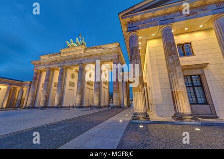 Die berühmten beleuchteten Brandenburger Tor in Berlin, Deutschland, in der Nacht Stockbild