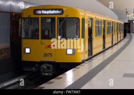 Berlin, Deutschland - 30. März 2016: U-Bahn (U-Bahn) am Bahnhof Brandenburger Tor (Brandenburger Tor) in Berlin Stockbild