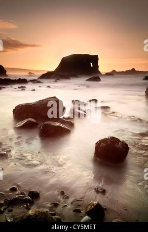 Elefant Felsen an der Küste von Antrim in der Abenddämmerung eingefangen. Stockbild