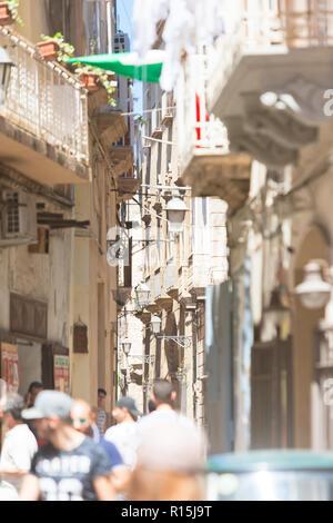Taranto, Apulien, Italien - 31. MAI 2017 - Touristen zu Fuß durch die kleinen Gassen von Taranto Stockbild