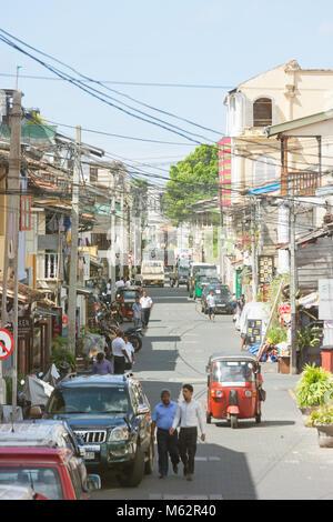 Galle, Sri Lanka, Asien - Dezember 2015 - Einheimische, Touristen und Autos in der alten Einkaufsstraße von Stockbild
