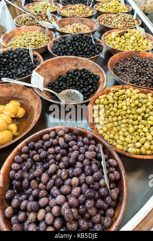 Markt mit Oliven ausgeht, Marche de Capucins, Bordeaux, Frankreich Stockbild