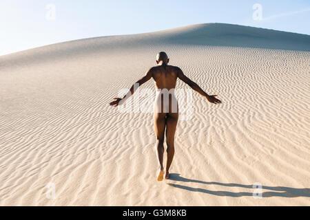 Rückansicht des nackten Frau in Wüste Stockbild