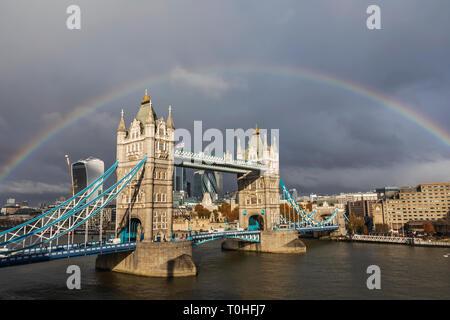 England, London, Regenbogen über die Tower Bridge und die City von London Skyline Stockbild
