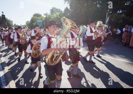 Deutschland, Bayern, Burghausen, Folklore Festival, traditionelle Baverian Band Stockbild