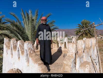 Saudi Mann stand auf der Terrasse seines Lehmhaus, Najran Provinz Najran, Saudi-Arabien Stockbild