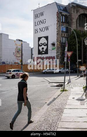 Berlin. Deutschland. Wie lange ist jetzt auf der Seite des Tacheles Kunsthaus, Oranienburger Straße Wandbild. Stockbild