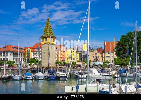 Hafen und Uferpromenade mit dem mangturm Turm in der Altstadt von Lindau im Bodensee, Bayern, Deutschland, Europa. Stockbild