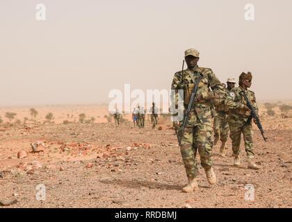 Tschadische Soldaten bewegen sich in einer Datei während der Hinterhalt Ausbildung bei Ausübung Flintlock 2019 Februar 23, 2019 in Atar, Mauretanien. Flintlock ist eine multi-nationale Übung bestehend aus 32 afrikanischen und westlichen Nationen an mehreren Standorten in Burkina Faso und Mauretanien. Stockbild