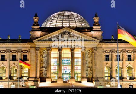 """Deutschland, Berlin: Nächtlich beleuchteten Fassade des deutschen House of Parliament """"Deutscher Reichstag"""" Stockbild"""