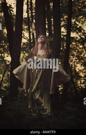 Märchen Frau hören die Stimme des Waldes. Fantasy Stockbild
