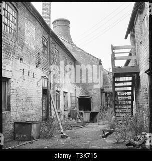 Anker Werke, Anker Straße, Longton, Stoke-on-Trent, 1965-1968. Den Hof auf der Rückseite des Anker Werke zeigen die Gebäude in einem baufälligen Zustand. Stockbild
