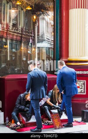 England, London, London, Leadenhall Market, weiblichen Shoeshiners Arbeiten bei Schuhputzstand Stockbild