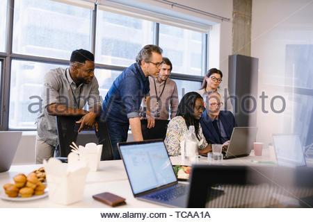 Geschäft Leute treffen auf Laptop und essen Mittag in Konferenzraum treffen Stockbild