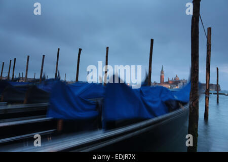 Gondeln auf der Anklagebank in Venedig, Italien Stockbild